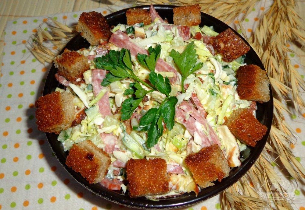 Свежий огурец колбаса сухарики рецепт с фото